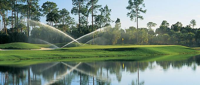 Riego por aspersión en un campo de golf.